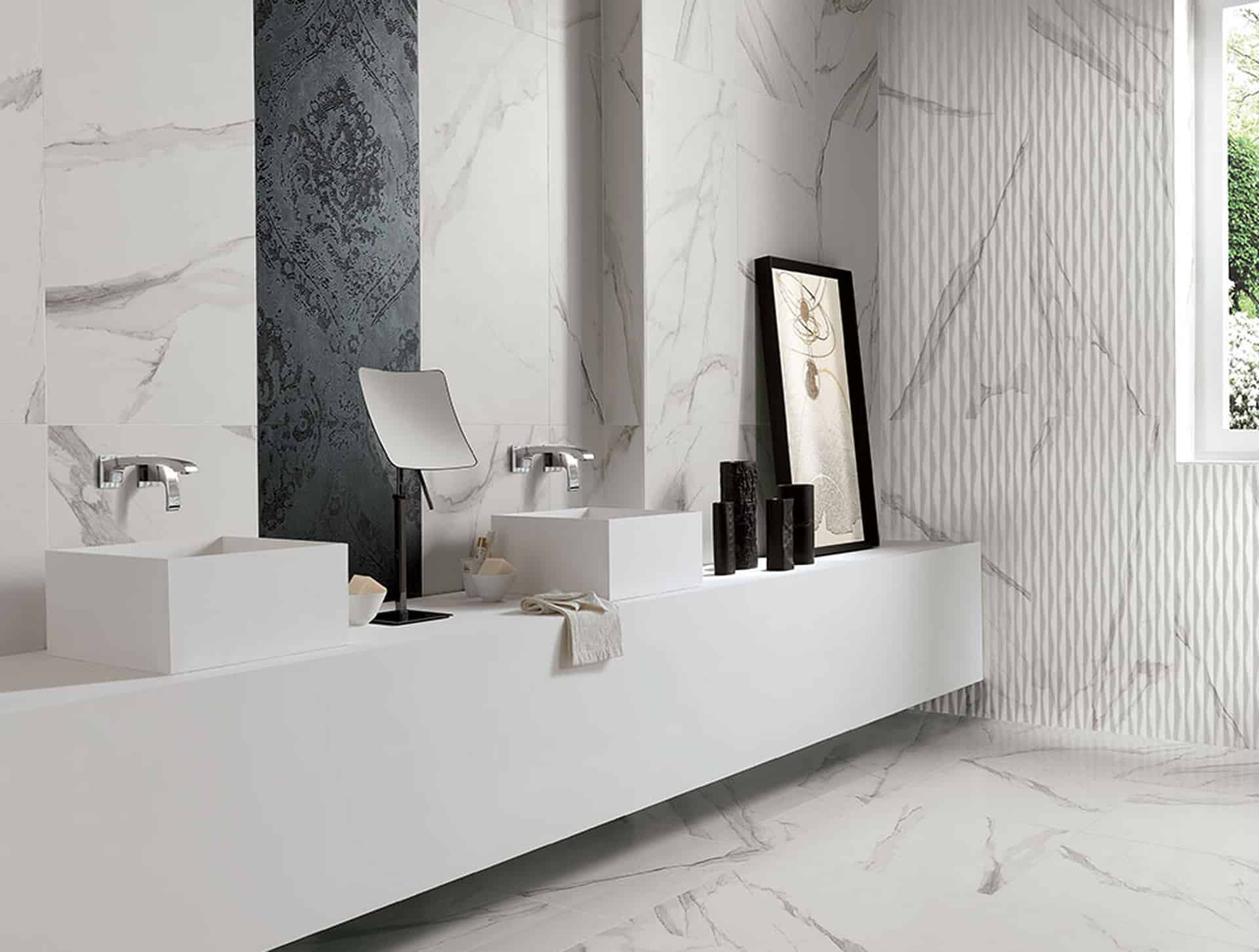 Roma, il bagno effetto marmo dal fascino contemporaneo